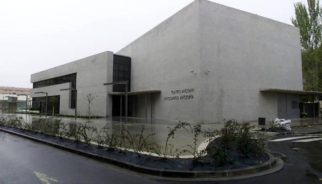 Vista de la fachada principal del teatro de Ansoáin.