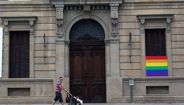 El Parlamento de Navarra, con la bandera del orgullo gay, en junio de 2014.