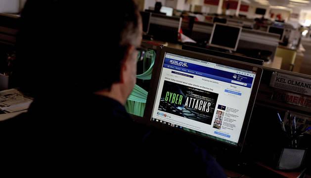Una persona consulta un artículo sobre ciberataques.
