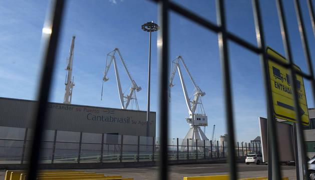 Imagen de las grúas del puerto de Santander.