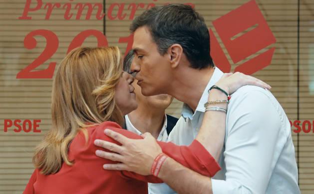 Susana Díaz (i) y Pedro Sánchez (d), se saludan en la sede del partido en la madrileña calle de Ferraz, en presencia de Patxi López (detrás)