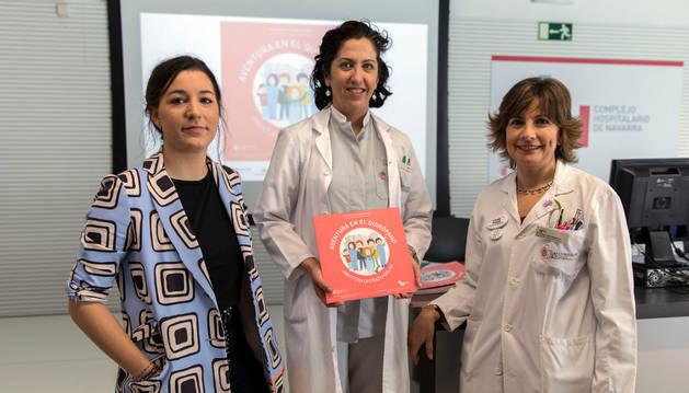 Imagen de María Azcona (ilustradora), Marta Erroz Echeverría y Maite Soria (directora de Cuidados Sanitarios).