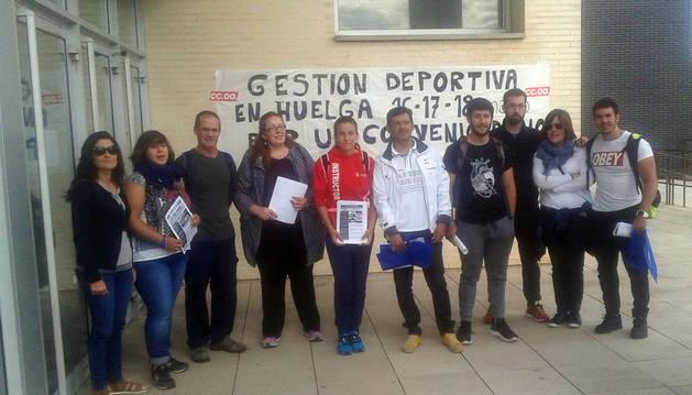 Trabajadores del CDM Clara Campoamor de Tudela, durante la concentración celebrada el martes.