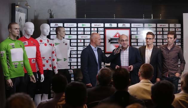 Los maillots que vestirán los mejores de la Vuelta junto a Juan Mari Guajardo, speaker; Juan Carlos Garde, presidente de Unión Ciclista Navarra; Miguel Sabalza y Xabier Muriel, de K1T.