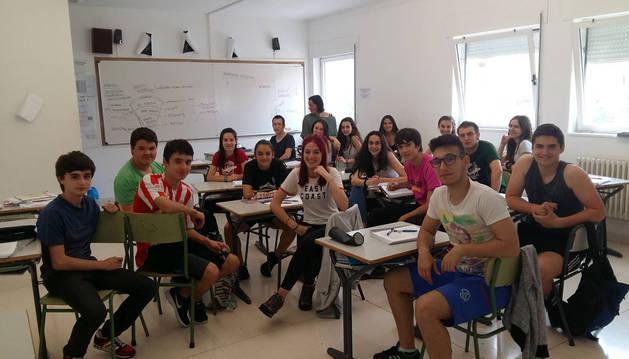 En la imagen, grupo de alumnos que se preparan para obtener el nivel B2 en Lizarra Ikastola en un momento de la clase impartida en las aulas del centro educativo ayer por la tarde.
