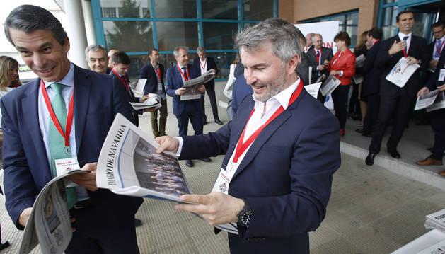 Los invitados por Diario de Navarra se sorprenden al ver un 'periódico' especial con una portada protagonizada por ellos. En la fotografía, en primera línea, Miguel Ángel Carrero (Jofemar) y Alexandre Pierron-Darbonne (Planasa).