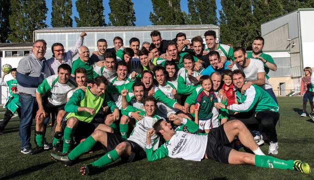 Cuerpo técnico y jugadores de Oberena celebran la clasificación para la fase de ascenso.