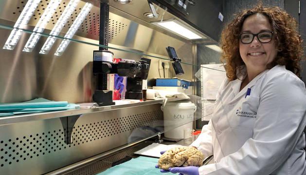 Foto de Valle Coca Pueyo, la técnico  que intervendrá hoy en la sala Zentral, fotografiada con una muestra de cerebro en el biobanco de Navarrabiomed.