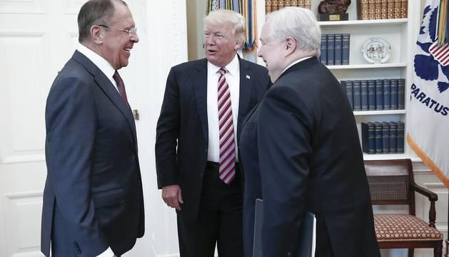 El Ministro de Exteriores de Rusia, Sergei Lavrov, y al embajador ruso, Sergei Kisliak junto a Donald Trump  en el despacho Oval.