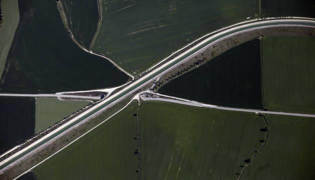 Foto del Canal de Navarra a su paso por la Zona Media.
