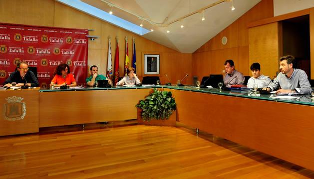Foto de Juanjo Martínez, a la dcha., durante una de sus intervenciones en el pleno de ayer.