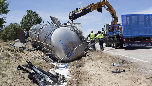 Imagen del estado en el que quedó el camión contra el que el chocó la familia.