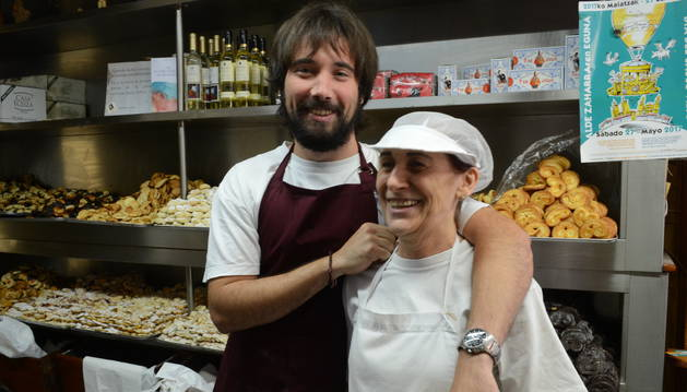 Lourdes Gómez y su hijo Jon en Pastas Beatriz