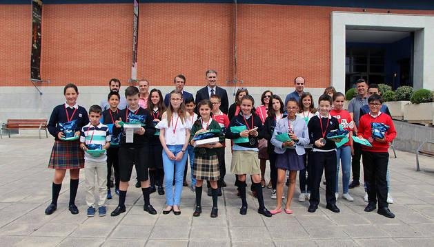 Los 19 alumnos que representaron a sus colegios ayer en la fase final del concurso de deletreo en el Planetario posan con sus premios.