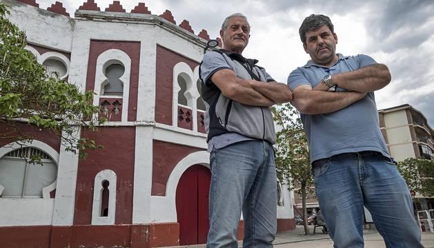 Juan José Crespo, derecha, en el exterior de la plaza de toros de Estella junto a Manuel Carretero.