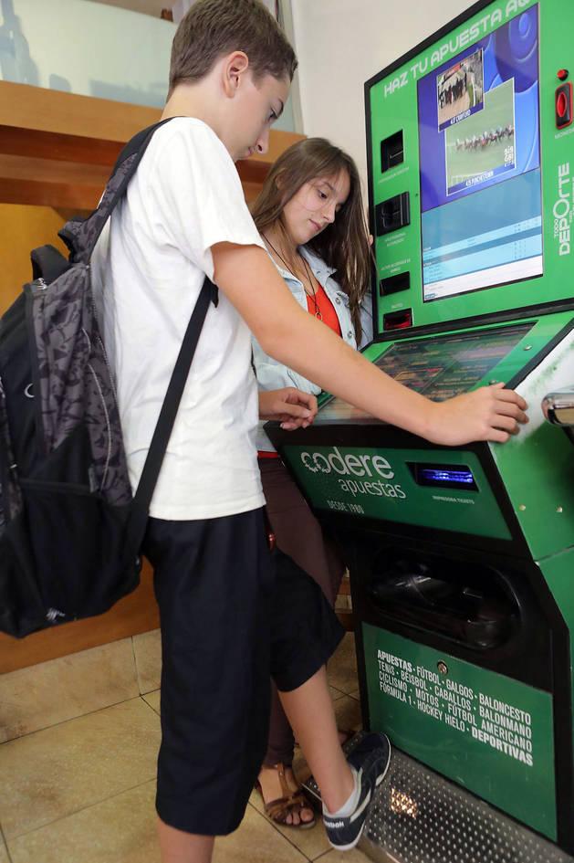 Montaje para ilustrar el reportaje de unos adolescentes en una máquina de apuestas deportivas.