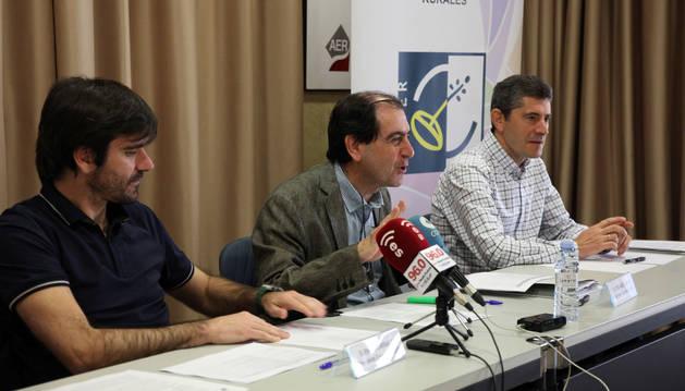 De izda. a dcha., Eneko Larrarte, presidente del Consorcio y alcalde de Tudela; Abel Casado, gerente de la entidad; y Eusebio Sáez, presidente de la Comisión Ejecutiva, presentando el resultado de la convocatoria.