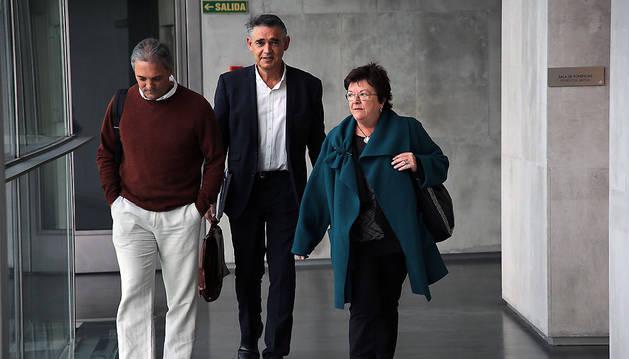 La consejera María José Beaumont, en el Parlamento junto al director general de Interior, Agustín Gastaminza, y el jefe de la Policía Foral, Torcuato Muñoz.
