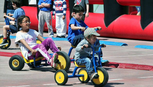 Un grupo de niños se divierte durante el 'Spring Festival' del pasado año, también en Cardenal Ilundáin.