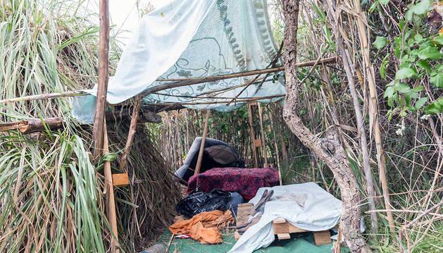 El niño se instaló en esta cabaña construida por el mismo con dos grandes ramas como estructura, cañas para el tejado, un palé como mesa, cojines...