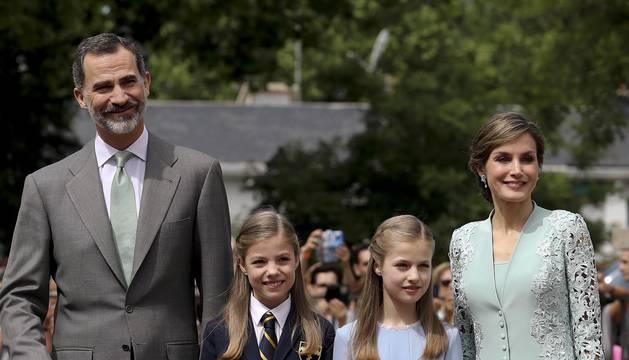 La familia real se ha reunido este miércoles para acompañar a la infanta Sofía en su Primera Comunión. Ha sido una ceremonia colectiva junto a sus compañeros de curso en el colegio Santa María de los Rosales, en el barrio madrileño de Aravaca.