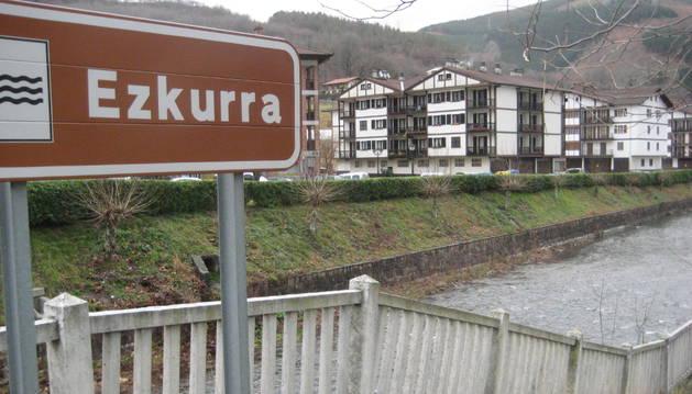 Detalle del río Ezkurra, a su paso por el centro urbano de Santesteban.