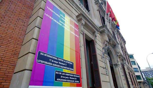 .La Cámara luce en su fachada una lona con el lema 'Navarra territorio libre de LGTBIfobia'.