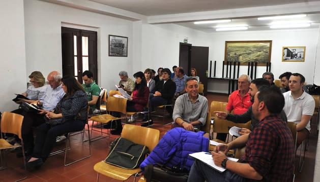 Foto de los miembros de la asamblea charlan antes del inicio de la sesión, celebrada ayer en Tafalla.