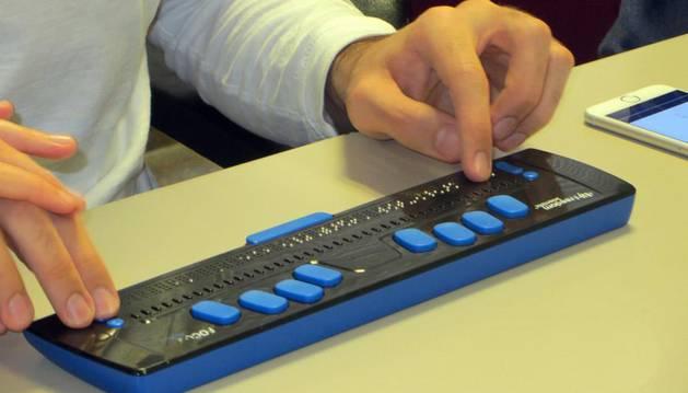 Imagen de un teclado empleado por una persona sordociega.