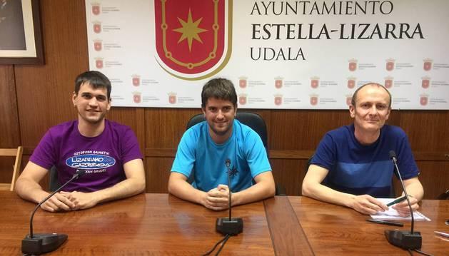 El concejal Asier Urcelay, Rubén Martínez Chandía y el edil Regino Etxabe presentaron el programa.