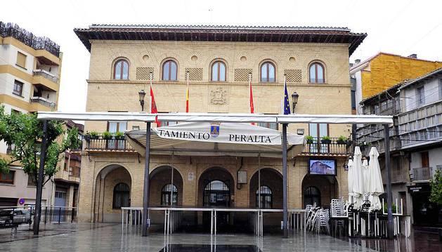 Fachada del consistorio peraltés en la plaza Principal.