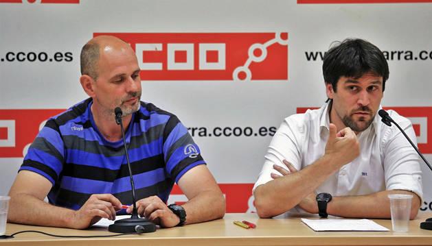 Josi Escribano, secretario de organización, y Aitor Jáuregui, responsable de  servicios jurídicos de CC OO.