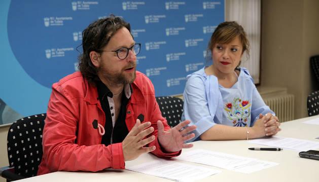 De izquierda a derecha, Diego Ramírez y la edil Silvia Cepas, ayer en el Ayuntamiento de Tudela.