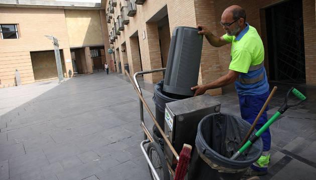 Un operario de limpieza trabaja en la plaza de la Judería de Tudela.