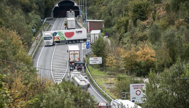 Un tráiler da la vuelta en el acceso al túnel de Almandoz, en la N-121-A.