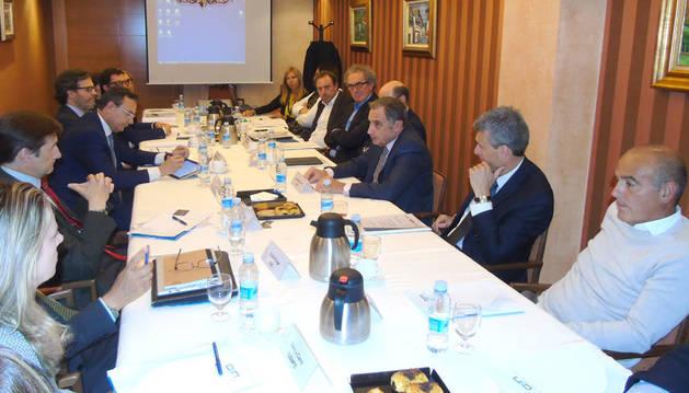 """foto de Reunión de los participantes en el proyecto de """"Consolidación y crecimiento de empresas de tamaño medio"""" de CEN."""