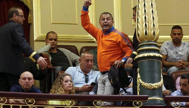 Varios representantes de los estibadores, en la tribuna de invitados, durante el pleno en el que el Congreso de los Diputados