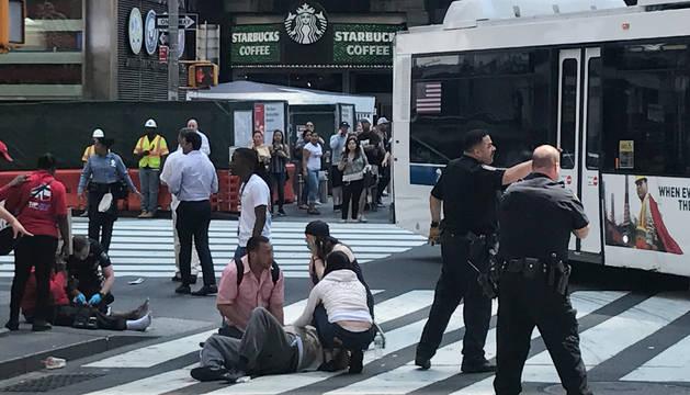 Imagen de varios agentes atendiendo a los heridos en Times Square.