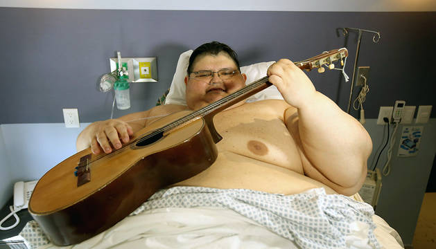 El mexicano Juan Pedro Franco, el hombre más obeso del mundo, toca una guitarra mientras espera la autorización médica para salir del hospital.
