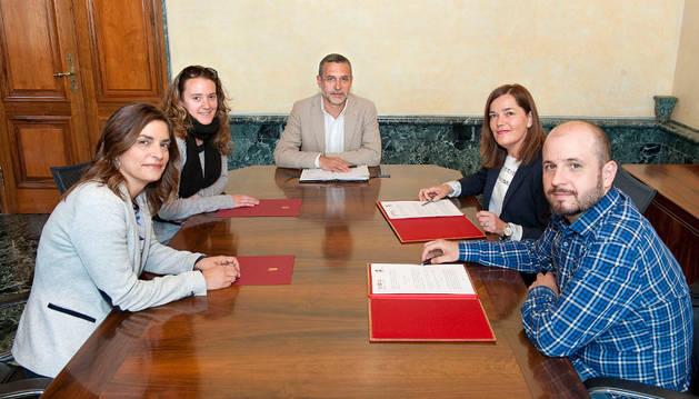 Imagen del vicepresidente Laparra con integrantes de la Red Navarra de Lucha contra la pobreza.