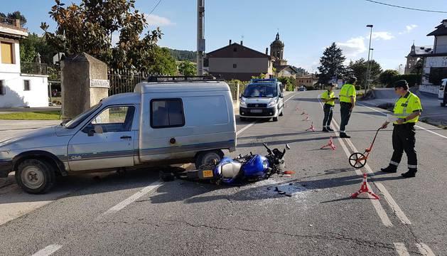Un herido leve tras chocar un ciclomotor y un coche en Puente la Reina