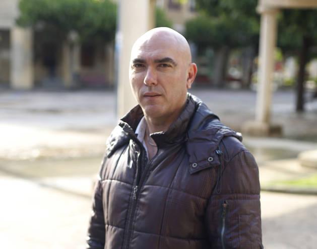 Francisco Espinosa posa en Huarte, donde es edil.