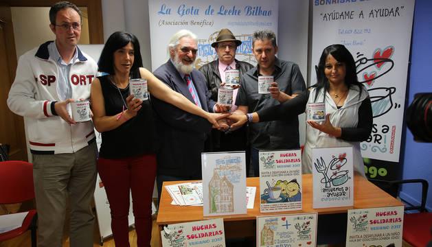Juan Manuel Pedreño, segundo por la derecha, con miembros de La gota de leche de Bilbao.