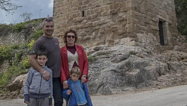 Pablo Sáenz Suso, Ana Arina Zabala, con sus hijos Ángel y Paul, junto al torreón.