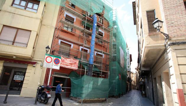 Obras de rehabilitación en un edificio situado al inicio de la calle Rúa, en el Casco Viejo de Tudela.