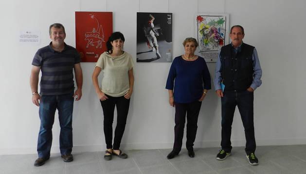 Presentaron los carteles finalistas, el edil José Ignacio Moros; la concejala de Festejos, Haizea Lizarbe; Albina Prieto, concejala de Tafalla también; y el pintor Javier Zudaire, uno de los miembros del jurado.