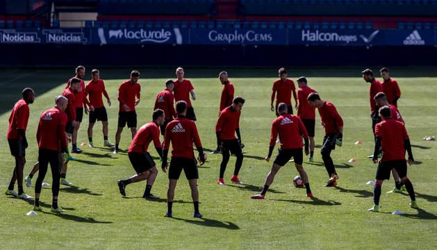 Los jugadores de Osasuna calientan en el terreno de juego de El Sadar.