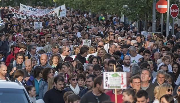 La manifestación durante su avance , que llegó a ocupar con sus filas prácticamente por completo el paseo de la Inmaculada.