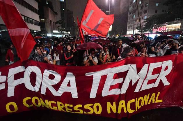 Miles de personas han salido a la calle en las principales ciudades del país para pedir elecciones y exigir la renuncia de su jefe del Estado.