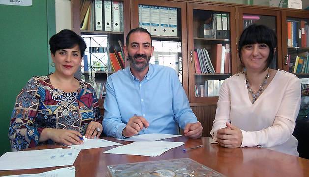 La consejera Solana, con el alcalde de Corella y la jefa de estudios del Instituto de la localidad.